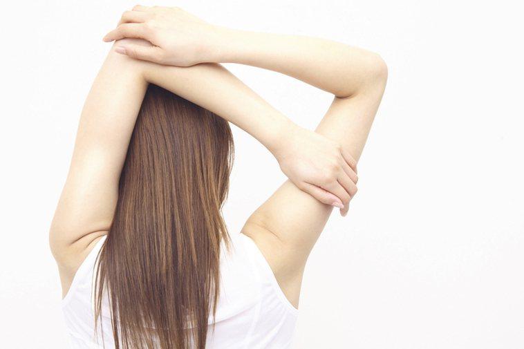 記得在運動前與運動後做適度的伸展運動,可以有效減輕痠痛的困擾。圖/ingimag...