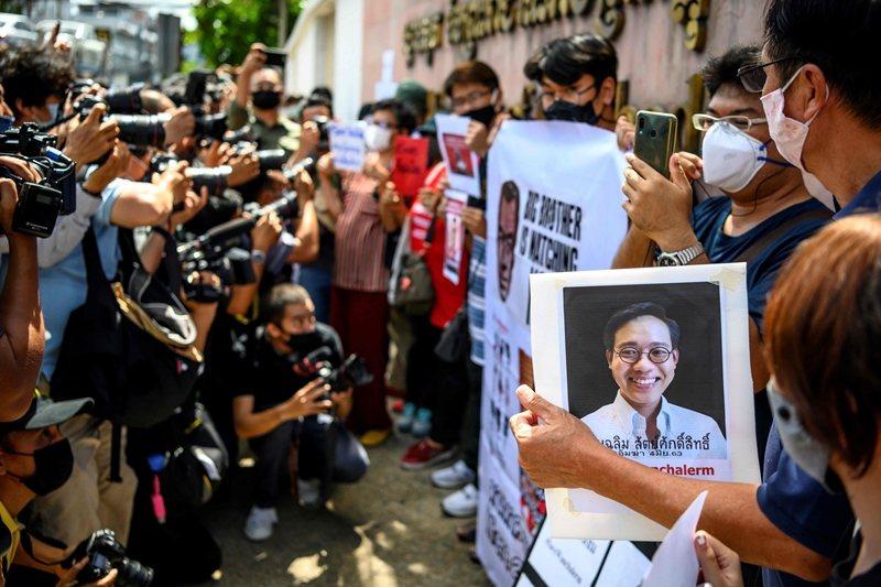 民眾於柬埔寨大使館外抗議,攝於6月8日,曼谷。 圖/法新社
