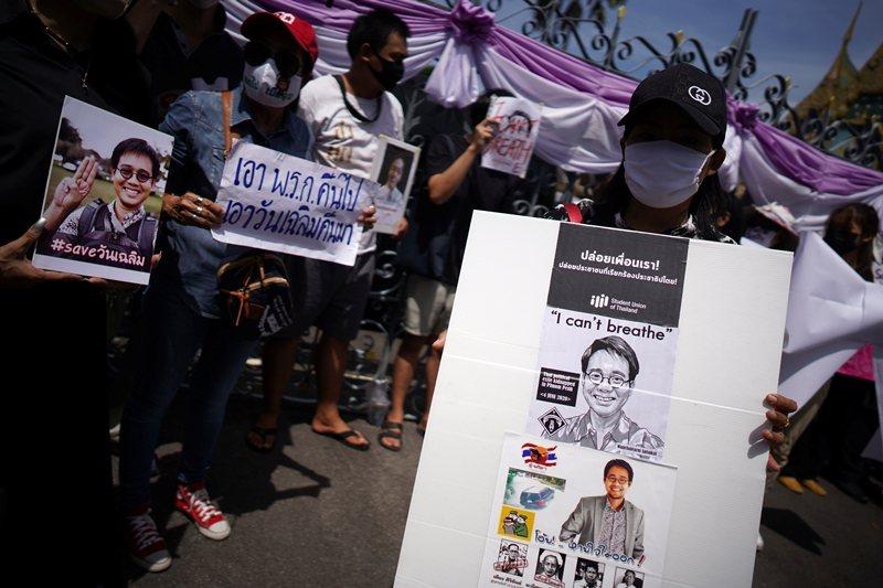 民眾於曼谷總督府外呼籲政府調查萬查勒綁架案,攝於6月12日,曼谷。 圖/路透社