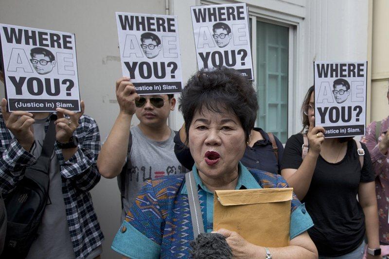 另一名流亡越南的泰國異議者Siam Theerawut也於2019年失蹤,圖為其母親呼籲政府調查該案,攝於2019年5月。 圖/美聯社