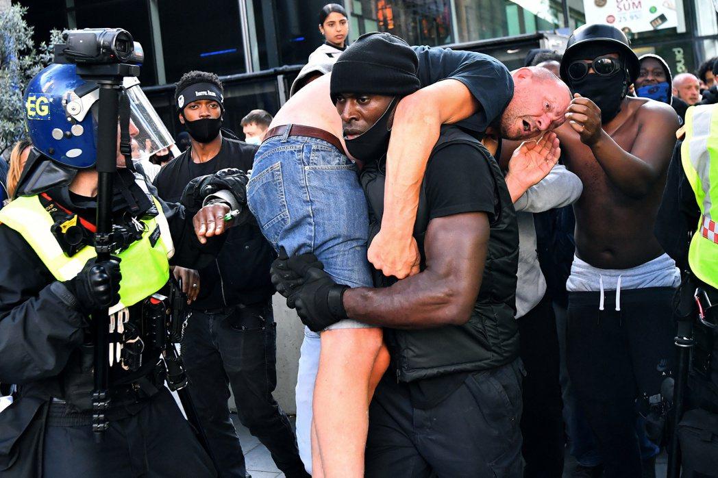 情急時刻一名在場的黑人哈金森(Patrick Hutchinson),將被害人拉...