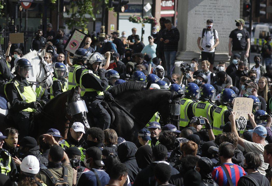 13日不少在英國的非裔民眾走上街頭,高舉BLM運動標語、反對種族主義與警察暴力。...