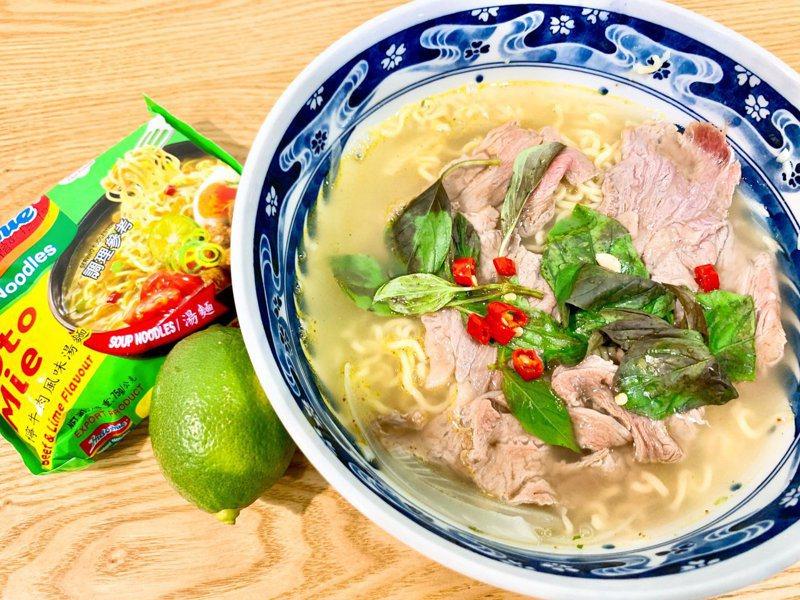 一名網友用印尼泡麵研發了「青檸生牛肉湯麵」的食譜,立刻引來許多民眾大讚「超像外面賣的!」圖擷自我愛全聯-好物老實說