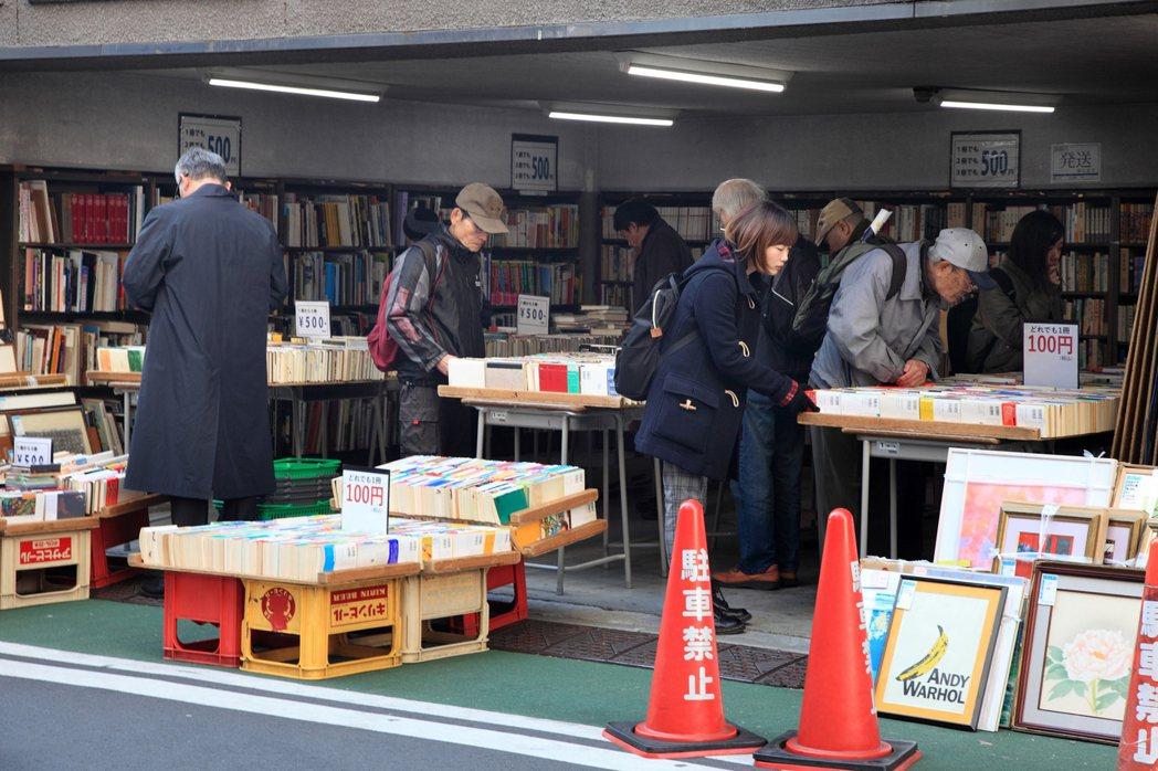 他最思念的日本三件事物之一是在舊書店尋寶。 圖/Hally Chen提供