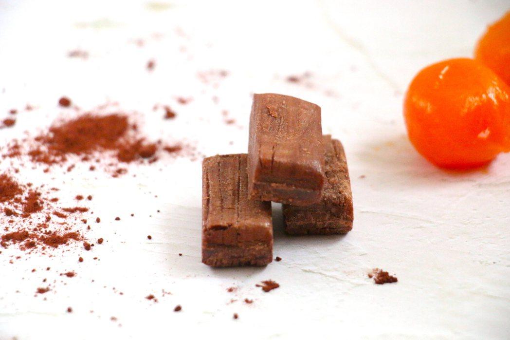 巧克力月見酥心糖,當東方的鹹蛋黃遇到西方的巧克力。 圖/陳耀訓・麵包埠提供