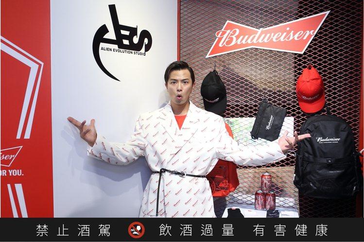 小鬼黃鴻升為AES主理人,身穿百威西裝力挺聯名活動。記者陳睿中/攝影
