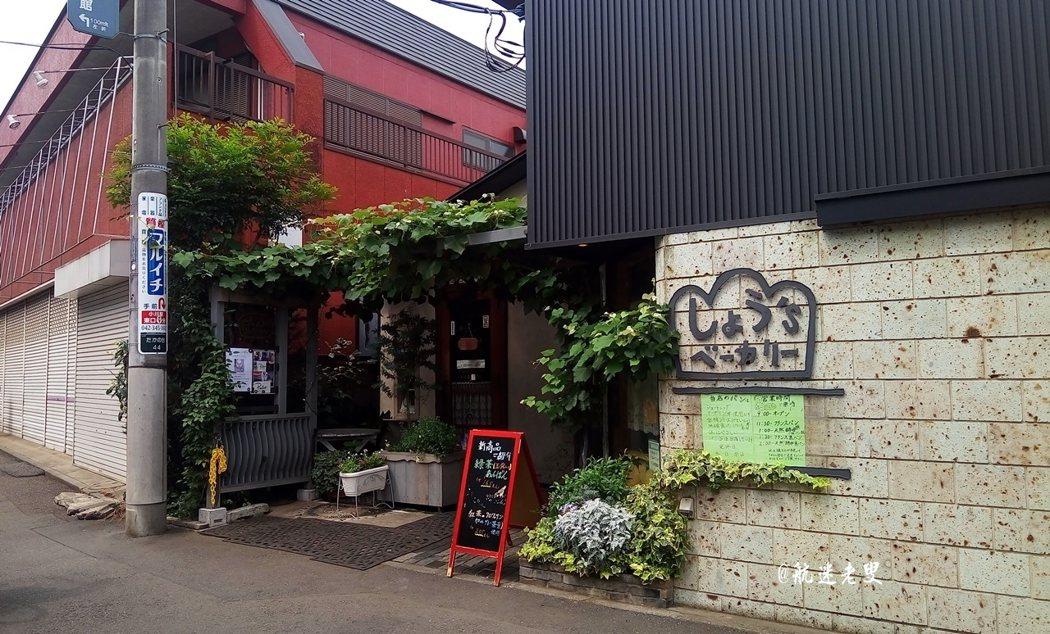 日本東京都,我有很多的小地方想去, 今天的目的地是玉川上水綠色步道,我正在前往的路上。