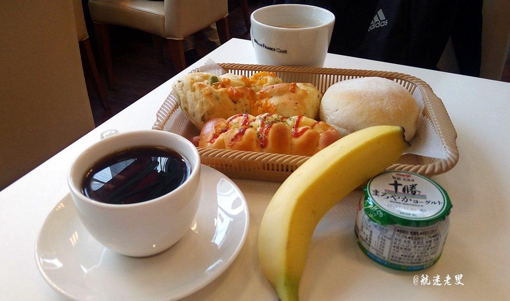 一步出三鷹車站,就在車站邊聞到那飄散的咖啡香, 單點一杯咖啡和三塊麵包,是一種旅遊時的日常享受。
