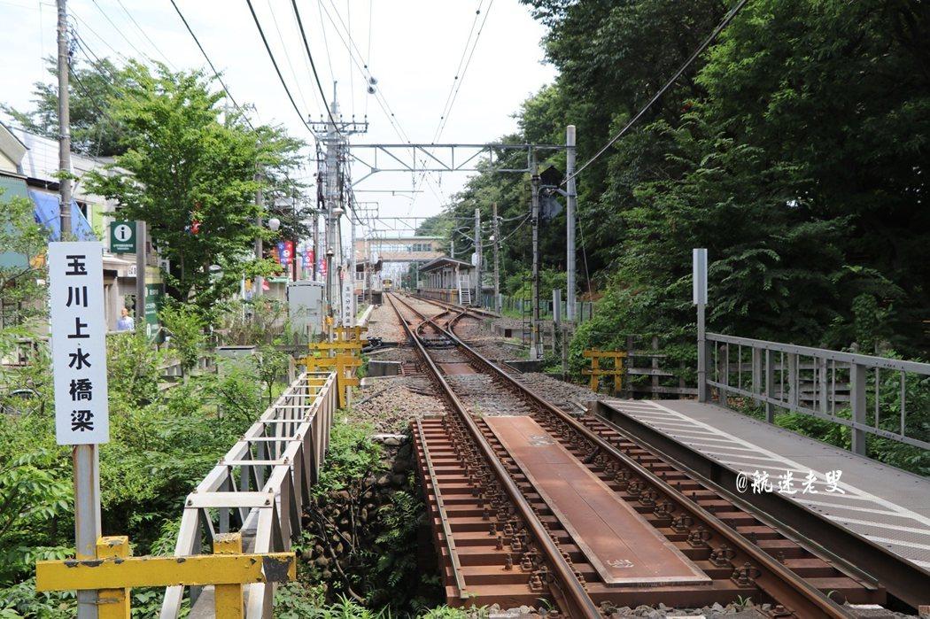 搭乘電車享受緩慢移動的節奏,出了車站,沿著車站旁的小路逛著, 想著小巷內該是怎麼不同的風景。
