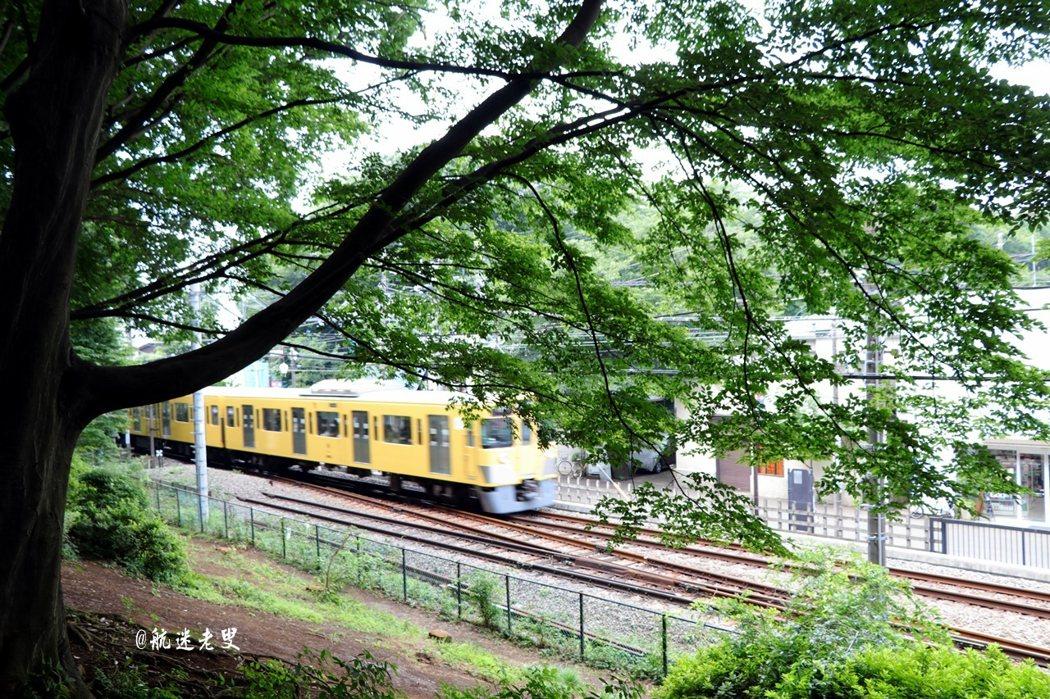 搭乘電車,享受一下緩緩移動的節奏,瀏覽著門窗外的景緻,也可隨興地下車散步一下,沒有目的地,是適合隨意的。
