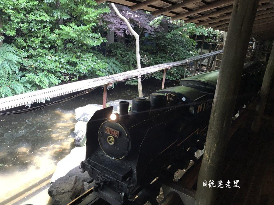 蒸氣式的火車頭,和一般的壽司店的小火車不同, 有種仿古的氣氛和嗚嗚的氣笛聲, 點菜後不久火車就會把食物送到面前。