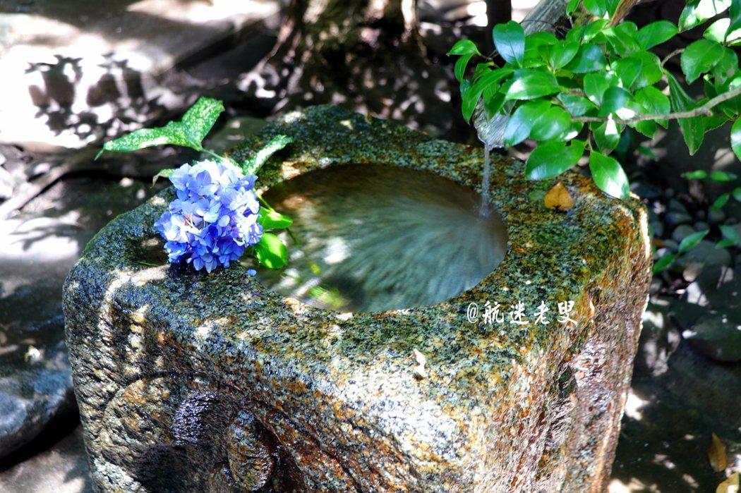 路邊的小水槽上都映著綠意繡球花香, 每個細節都有它的美麗。
