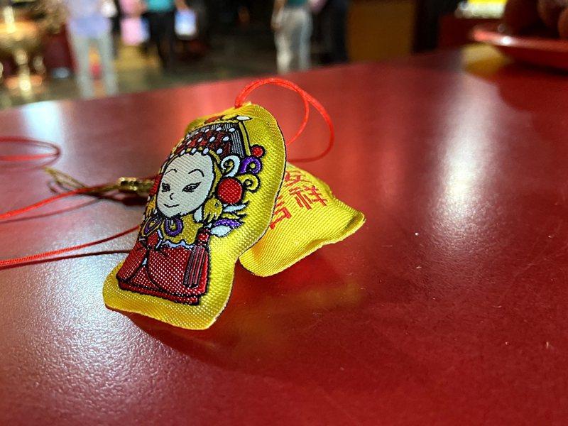 淡水老街上的媽祖廟「福佑宮」特別製作二千份淡水媽祖小香包,送給淡水區公私立幼兒園及民眾索取。 圖/紅樹林有線電視提供