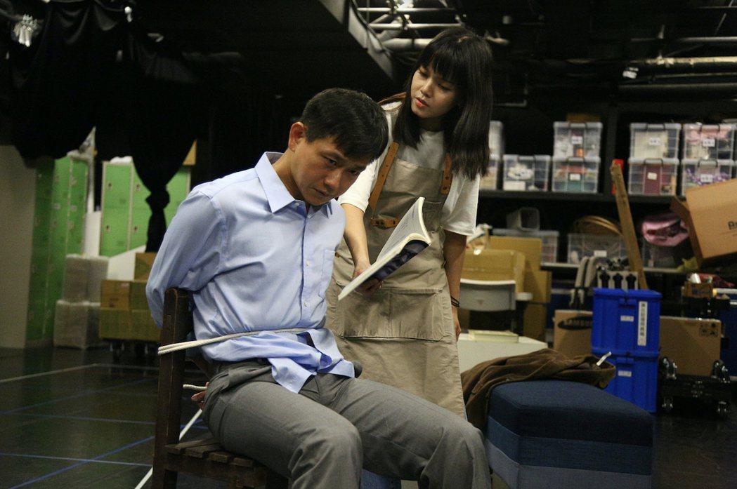 陳家逵(左)「#越想越不對勁」被李劭婕下藥,綁到手黑青,自嘲成「誰是被綁者」。圖...