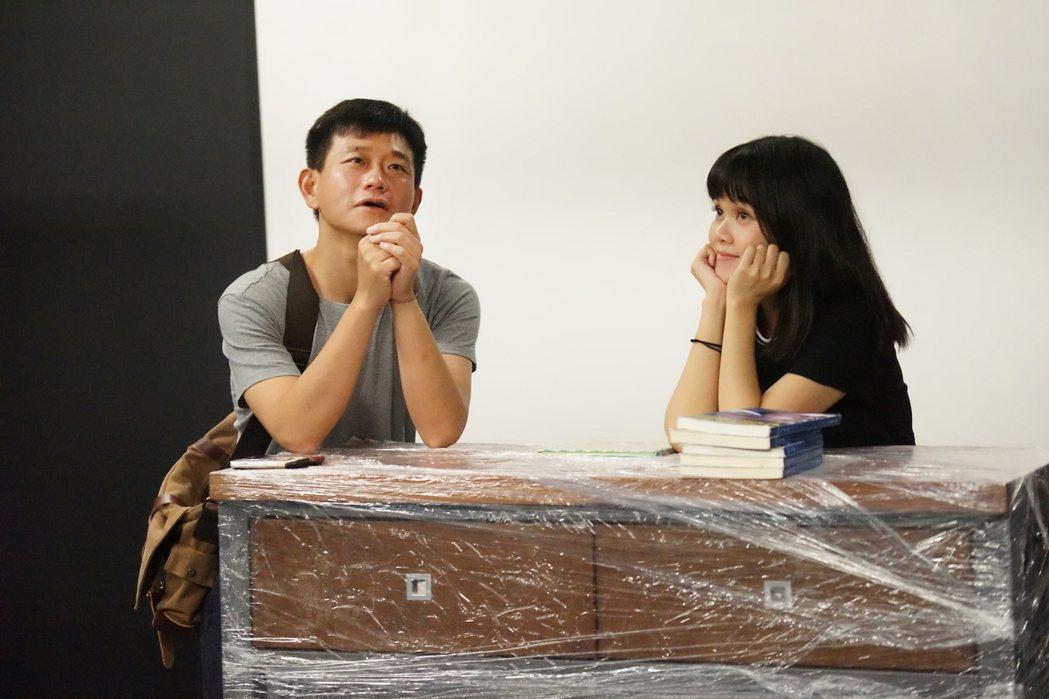 陳家逵(左)在「#越想越不對勁」飾演暢銷作家,李劭婕飾演書店店員。圖/故事工廠提...
