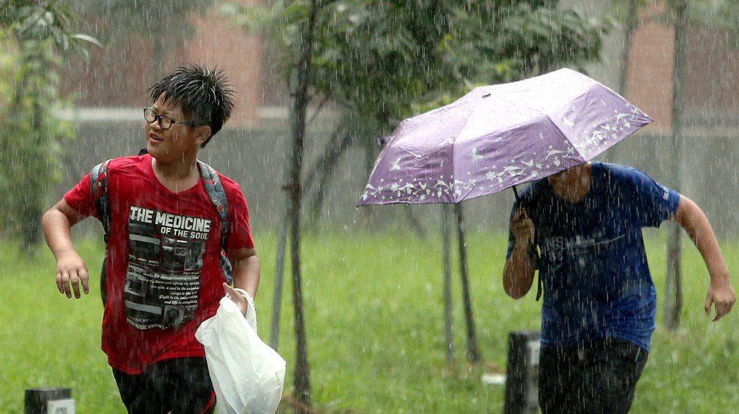 氣象局發布大雨特報。侯永全/攝影