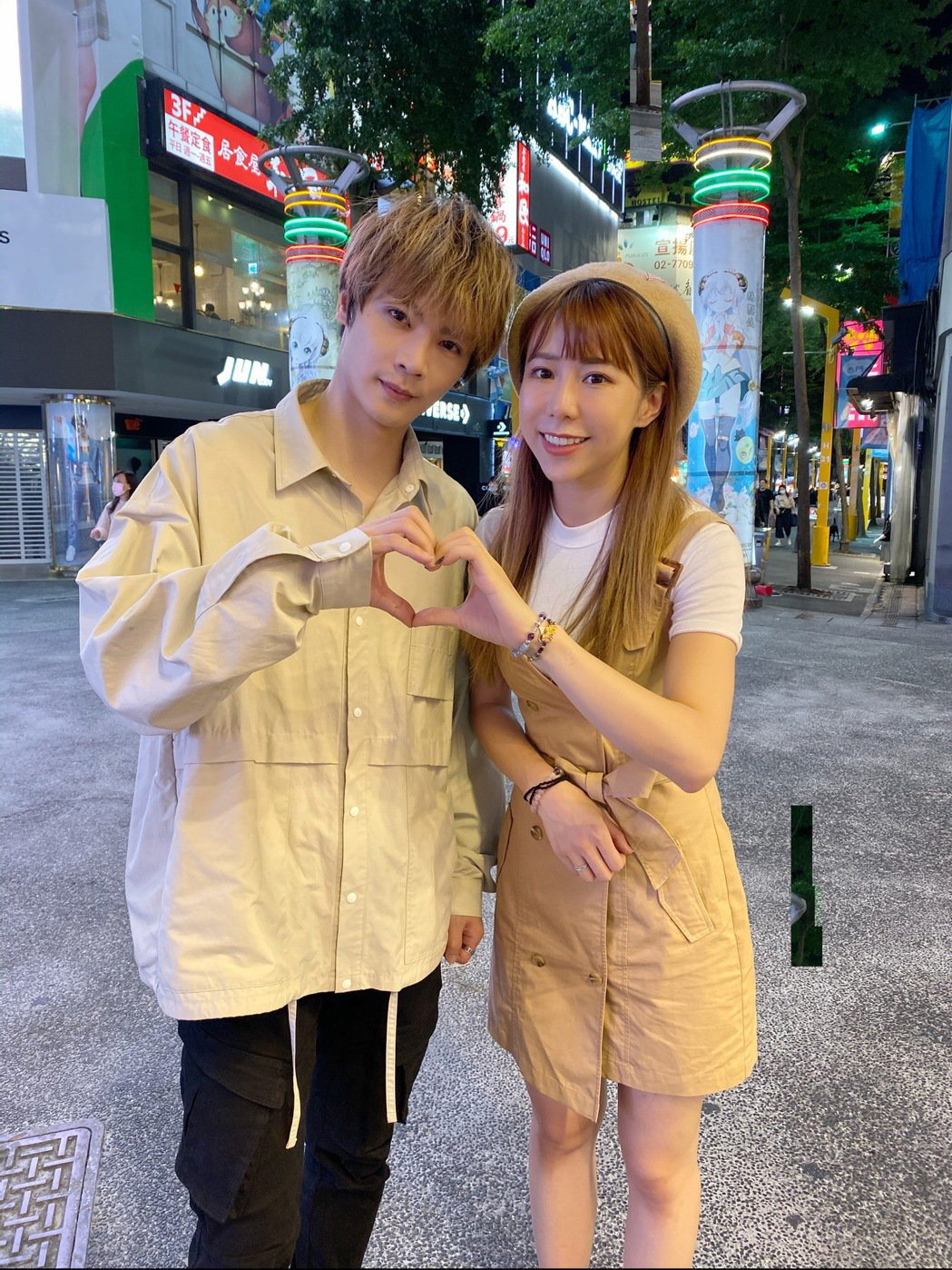 古曜威(左)、董梓甯到西門町拍攝MV。圖/單純夢想文創事業提供