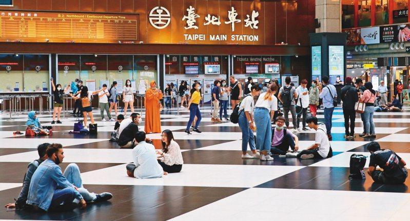 疫情指揮中心宣布全台大解封,周末景點、賣場湧現人潮,台北車站大廳(圖)也重現席地而坐景象。圖/聯合報系資料照片