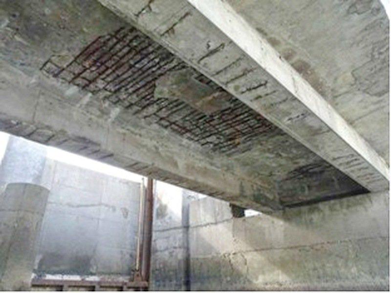 走在橋上很多人不知道橋底腐朽脫落如此嚴重,連鋼筋裸露,難保隨時有斷橋之虞。圖/雲林縣府提供