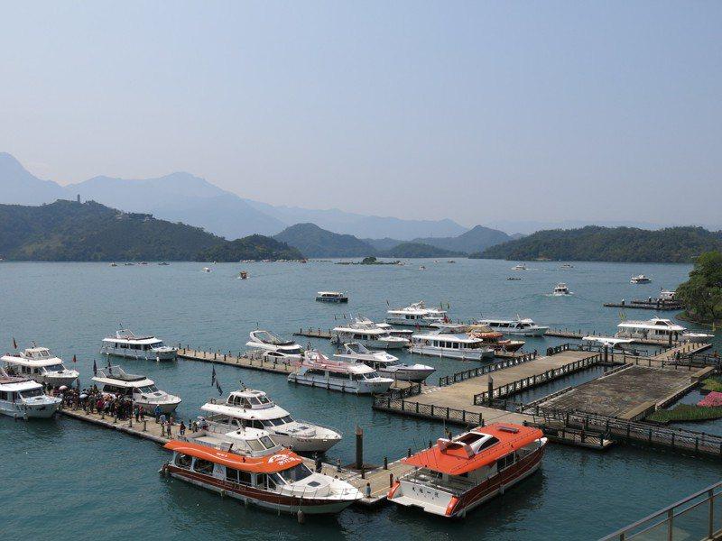 日月潭遊艇業者準備好了,下午將迎接百輛遊覽車會師水社碼頭,由縣長林明溱陪同遊湖。圖/本報資料照片