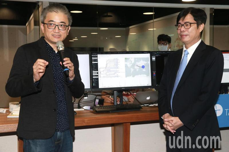 行政院副院長陳其邁(右)上午前往參訪台灣人工智慧實驗室,由創辦人杜奕瑾(左)親自接待。記者黃義書/攝影
