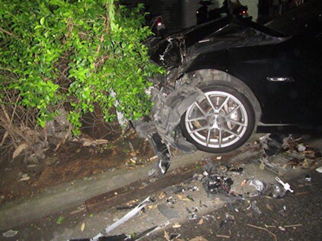彰化市顏姓少女今天凌晨3時許,駕駛朋友BMW自撞台中市南屯區夜店外的路樹,車頭凹...