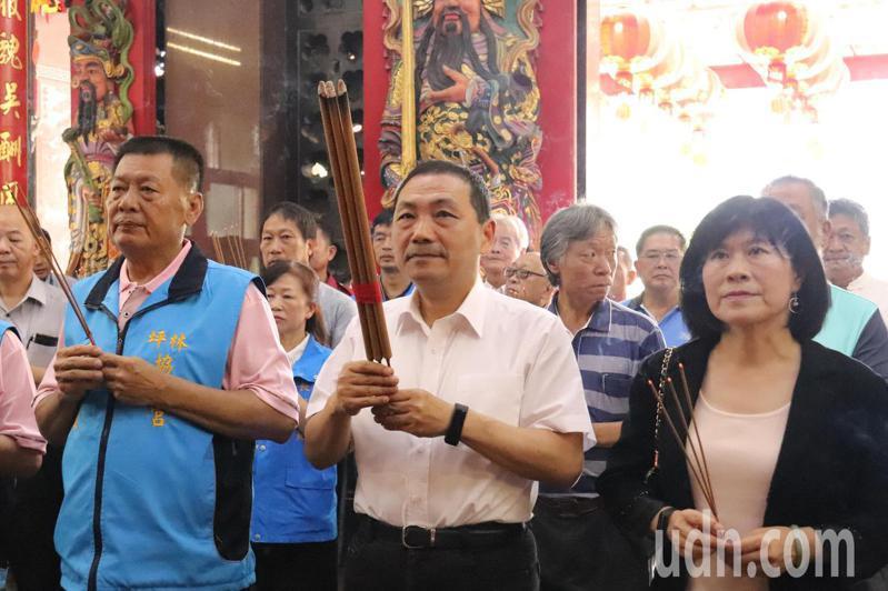 新北市長侯友宜前往坪林協德宮參拜。記者胡瑞玲/攝影