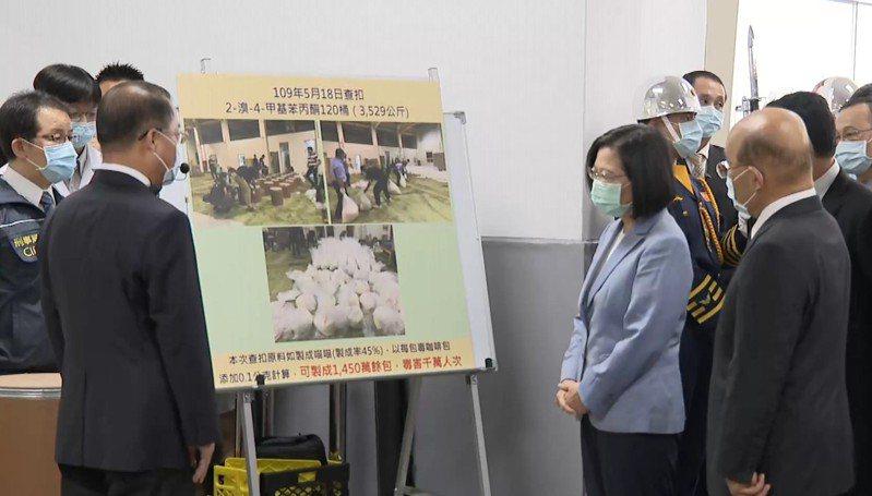 今天(15日)是警察節,總統蔡英文、行政院長蘇貞昌視察刑事局偵破史上最大毒品咖啡包原料成果。記者任忠泰/攝影