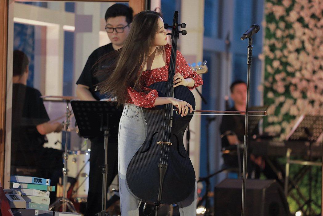 歐陽娜娜在音樂會演奏大提琴。圖/索尼音樂提供