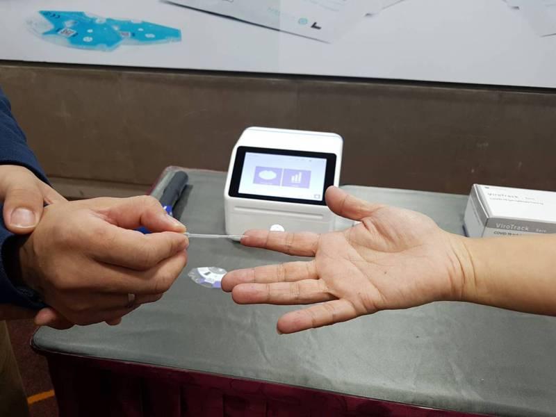 我國與丹麥合作的抗體檢測平台,只要一滴血,可於12分鐘內出現結果。記者楊雅棠/攝影
