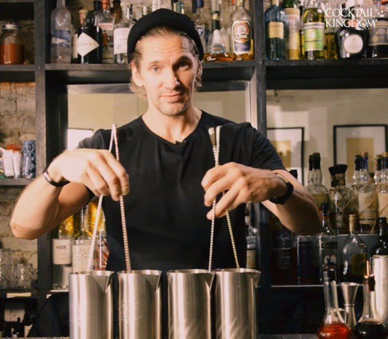 美國專業調酒用具公司「雞尾酒王國公司」現在打算與酒吧和賣酒商店合開調酒課程,推廣自家產品。圖/擷自Cocktail Kingdom IG