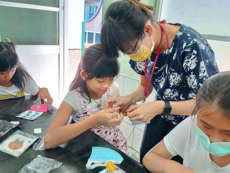 大內區公所員工指導學童製作香包。記者周宗禎/攝影