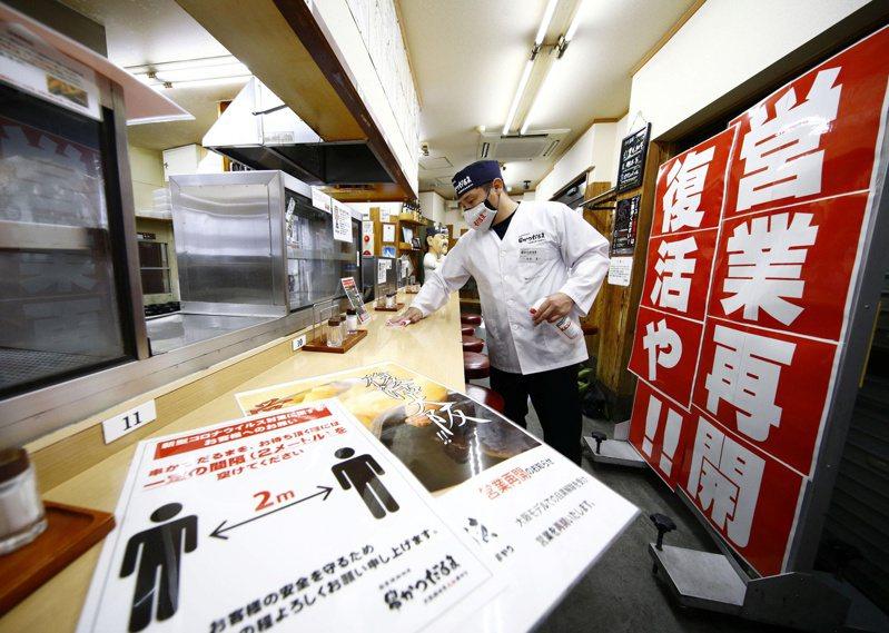 緊急狀態解除後,大阪一間餐廳店員清潔消毒店內準備恢復營業。路透