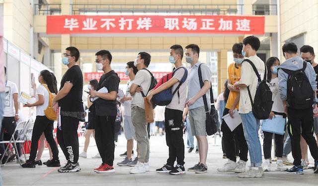 大陸今年大學畢業生規模達874萬,創歷史新高,隨著畢業生集中進入勞動力市場,失業率可能繼續上升。照片/第一財經