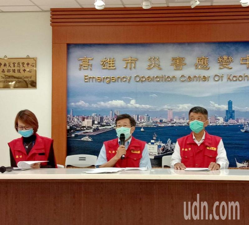 高雄代理市長楊明州(中)首度主持防疫會議, 強調後疫情時代,會排除不利因素,協助旅遊等業振興經濟。記者王昭月/攝影