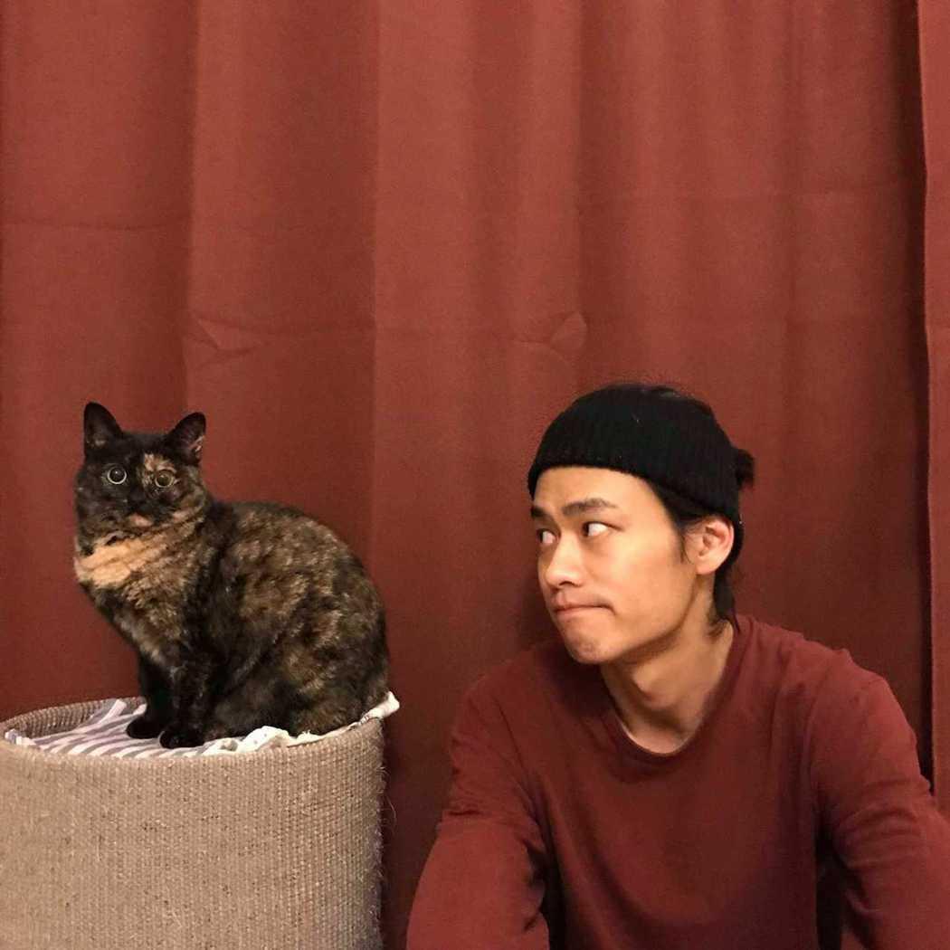 夏騰宏(右)養的其中一隻貓「發霉」。圖/奮青工作室提供