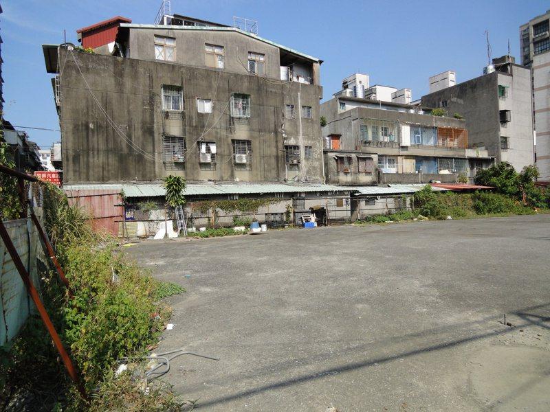 板橋實踐路更新案重建前為9棟屋齡逾34年的透天建物,居住環境不佳、土地未能有效利用。圖/新北市城鄉局提供