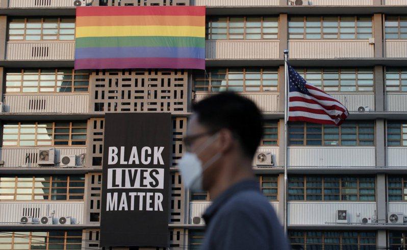 位於韓國首爾的美國大使館外牆,才剛掛上不久的反種族歧視看板今天撤下。 美聯社