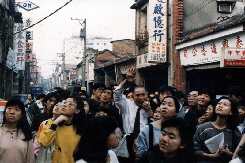 台灣史學專家林衡道於大稻埕導覽,攝於1987年。 圖/聯合報系資料照