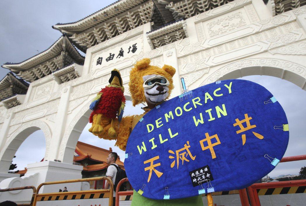 台灣國會議員以及政界人士,特別應該關注IPAC的成立以及發展。圖為6月13日在自由廣場舉辦的反送中一周年晚會。 圖/美聯社