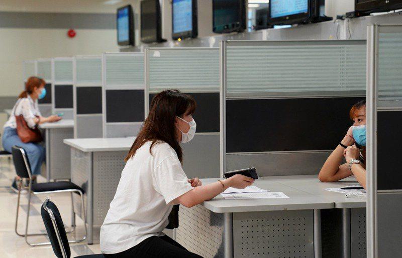 畢業季來臨,不少人開始找工作。 新華社
