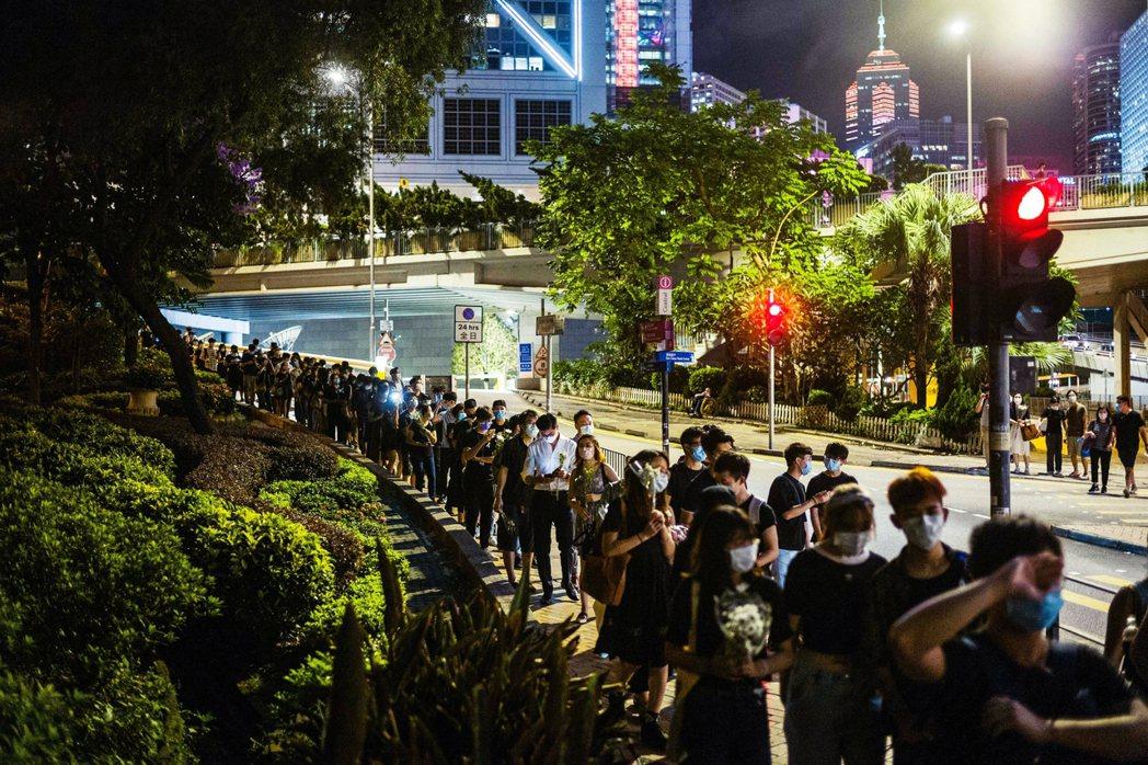 數千名港人陸續排隊前往太古廣場悼念。 圖/法新社