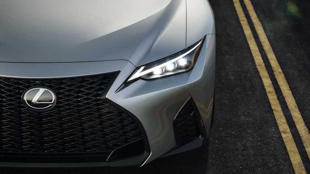 整合日型燈的三LED頭燈組更加銳利有神。 摘自Lexus