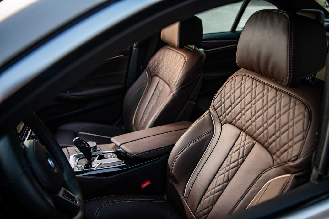 全新BMW 530i白金旗艦版標準配備的Nappa真皮內裝,搭配立體車縫的菱格紋...