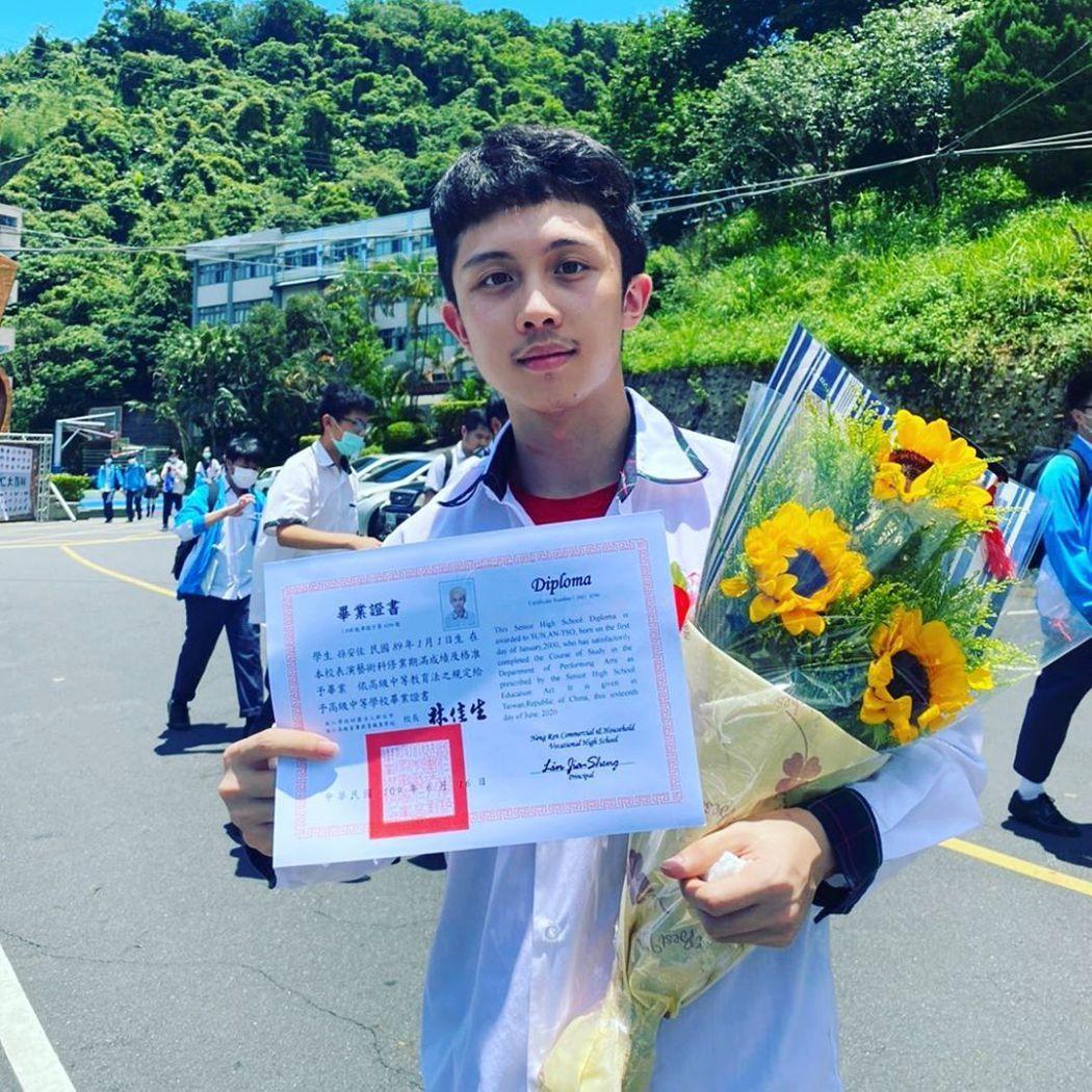 孫安佐高中畢業開心拿到畢業證書。 圖/擷自孫安佐IG
