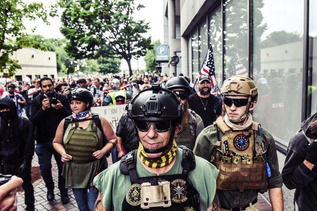有人譴責Antifa反而坐實右派形塑反對者暴力脫序、無法無天的形象;但也有少數團...