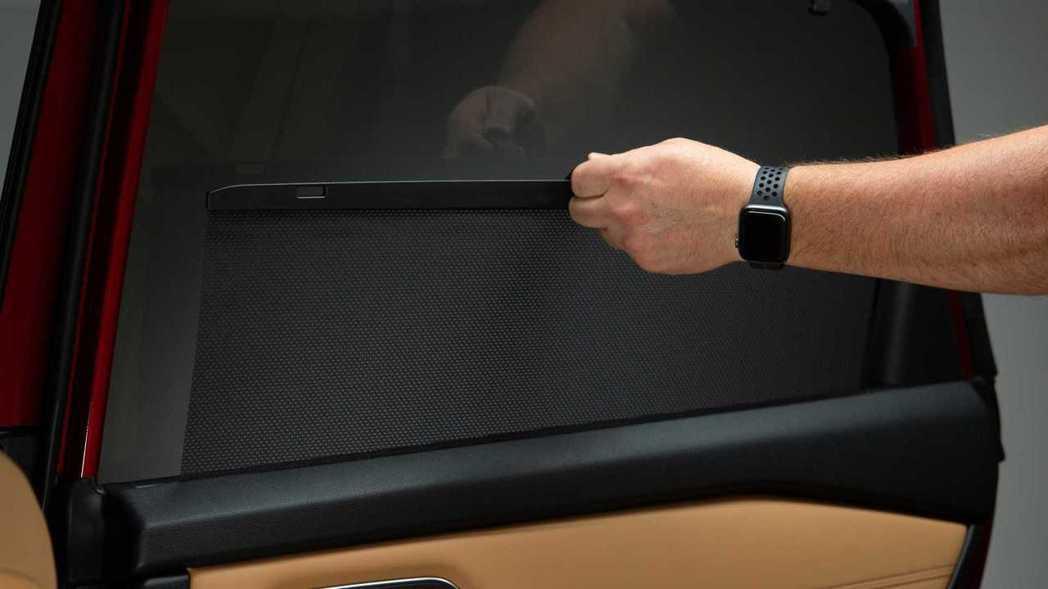 後車窗隱藏式遮陽簾。 摘自Nissan