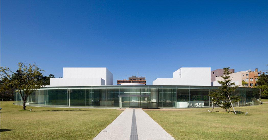 金澤21世紀美術館以當代藝術作為展示核心,沒有主要出入口的設計,以及大量落地窗所...