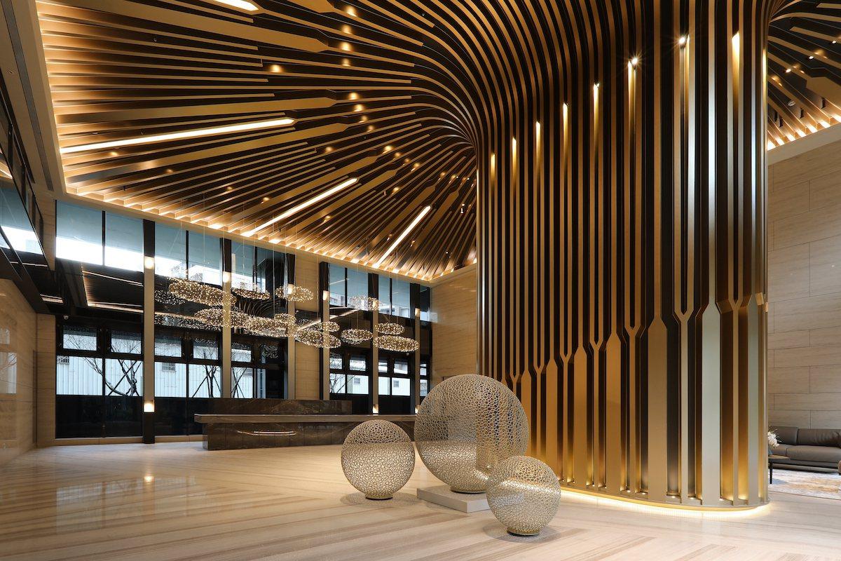 「碧波白」公設由王勝正大師操刀,雙門廳設計回家就是尊榮禮遇。圖為迎賓大廳實景之一...