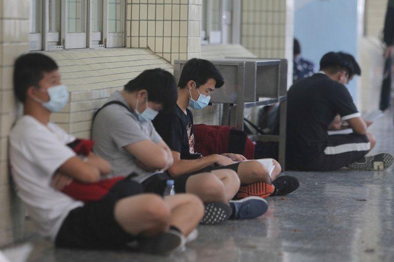 大學指考登場,台中二中考場有許多考生做考前最後衝刺。 記者黃仲裕/攝影
